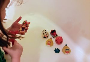 How to Clean Bath Toys - 5 Genius Hacks to Make It Easy. Keep your child from dangerous mold that can grow on bathtoys