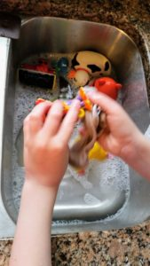 How to Clean Bath Toys - 5 Genius Hacks to make it simple. Avoid dangerous mold that can grow on your child's bathtoys the easy way. With bathtoys constantly in their mouths - keep them safe and healthy.