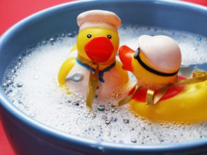 How to Clean Bath Toys - 5 Genius Hacks to Make it Easy. Avoid moldy bath toys the easy way!