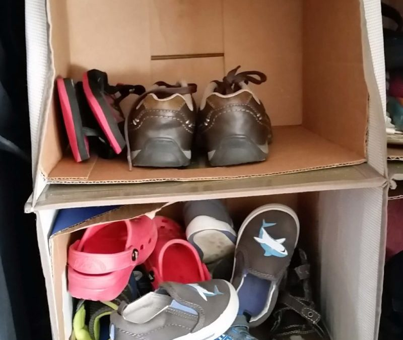 Pin Description: Kids Shoe Organization just got super easy! Stop running around picking up shoes! This easy DIY organization system is a great storage idea for your closet. Children need a place to put things away. Your entry way can look awesome and organized. Find out how!
